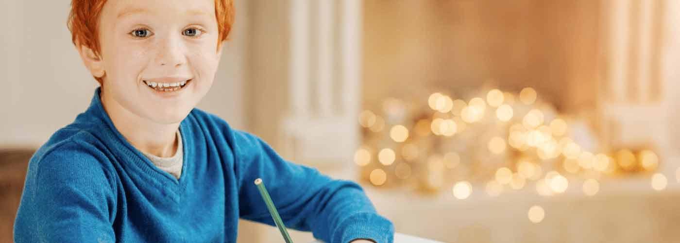 niño pelirrojo escribiendo una carta