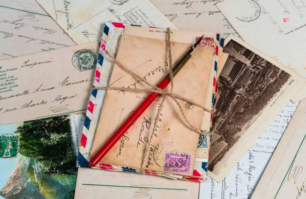 fajo de cartas magica antiguas sobre la mesa